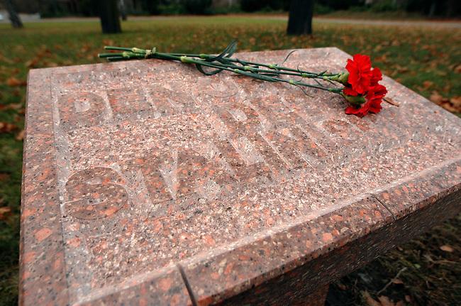 Gedenkstein fuer die Opfer des Stalinismus an der Gedenkstaette der Sozialisten auf dem Zentralfriedhof Friedrichsfelde <br /> Der Verein &quot;Foerderkreis Erinnerungsstaette der deutschen Arbeiterbewegung Berlin-Friedrichsfelde&quot; hat auf dem Zentralfriedhof Friedrichsfelde einen Gedenkstein fuer die Opfer des Stalinismus an der Gedenkstaette der Sozialisten errichten lassen. der Gedenkstein soll am 11. Dezember 2006 offiziell eingeweiht werden.<br /> 4.12.2006, Berlin<br /> Copyright: Christian-Ditsch.de<br /> [Inhaltsveraendernde Manipulation des Fotos nur nach ausdruecklicher Genehmigung des Fotografen. Vereinbarungen ueber Abtretung von Persoenlichkeitsrechten/Model Release der abgebildeten Person/Personen liegen nicht vor. NO MODEL RELEASE! Nur fuer Redaktionelle Zwecke. Don't publish without copyright Christian-Ditsch.de, Veroeffentlichung nur mit Fotografennennung, sowie gegen Honorar, MwSt. und Beleg. Konto: I N G - D i B a, IBAN DE58500105175400192269, BIC INGDDEFFXXX, Kontakt: post@christian-ditsch.de<br /> Bei der Bearbeitung der Dateiinformationen darf die Urheberkennzeichnung in den EXIF- und  IPTC-Daten nicht entfernt werden, diese sind in digitalen Medien nach &sect;95c UrhG rechtlich geschuetzt. Der Urhebervermerk wird gemaess &sect;13 UrhG verlangt.]