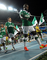 CALI - COLOMBIA -02-04-2014: Los Jugadores de Deportivo Cali entran al campo durante partido Deportivo Cali y Alianza Petrolera por la fecha 14 de la Liga Postobon I 2014 en el estadio Pascual Guerrero de la ciudad de Cali.  / The players of Deportivo Cali enter to the field during a match between Deportivo Cali and Alianza Petrolera for the date 14th of the Liga Postobon I 2014 at the Pascual Guerrero stadium in Cali city. Photo: VizzorImage / Luis Ramirez / Staff.