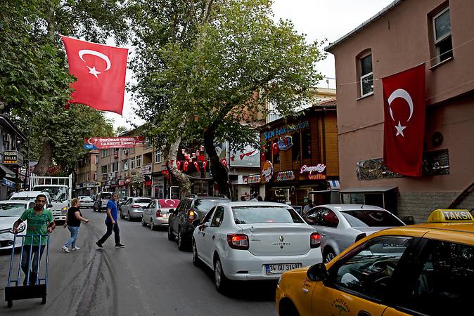 Stra&szlig;enszene in Cengelk&ouml;y / Die Turkish Airlines hat acht ihrer Flugzeuge nach Bezirken in Ankara und Istanbul benannt, die eine zentrale Rolle in der Niederschlagung des Milit&auml;rputsches spielten: eine davon ist Cengelk&ouml;y, wo 17 Menschen starben.<br /><br />Turkish Airlines has renamed 8 of its planes after districts in Ankara and Istanbul that have played a central role in suppressing the attempted coup: one of them is Cengelk&ouml;y, where 17 people were killed.
