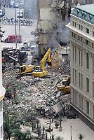 RIO DE JANEIRO, RJ, 26 DE JANEIRO DE 2012 - DESABAMENTO PREDIO RIO DE JANEIRO - Vista na manhã de hoje (26) do local onde ocorreu o desabamento de três prédios na região da Avenida Treze de Maio, no centro do Rio de Janeiro, na noite de ontem, 25. Um dos prédios que ruiu tem cerca de 20 andares, o outro, 10, e o terceiro, 4. Segundo o Corpo de Bombeiros, antes do desabamento teria havido uma explosão, mas isso não foi confirmado. Há pelo menos cinco feridos, dos quais quatro foram encaminhados ao Hospital Souza Aguiar. As equipes de busca retiraram ao menos dois corpos dos escombros. Os trabalhos continuam em dois pontos principais, indicados pelos quatro cães farejadores que ajudam nas buscas. (FOTO: RONALDO BRANDAO - NEWS FREE).