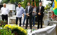 RECIFE,PE,13.08.2015 - EDUARDO-CAMPOS - O governador Paulo Câmara e o prefeito de Recife, Geraldo Julio, visitam o túmulo do ex-governador Eduardo Campos, no Cemitério de Santo Amaro, em Recife (PE), nesta quinta-feira (13), um ano após a morte do político em um acidente aéreo ocorrido em Santos (SP). (Foto: Jean Nunes/Brazil Photo Press)