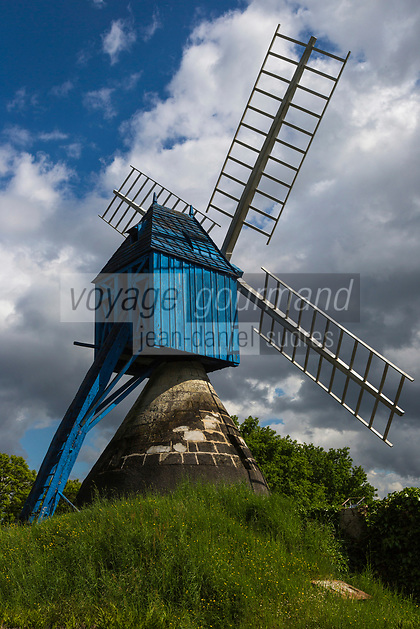 France, Indre-et-Loire (37), Bourgueil: Le moulin de la Lande, appelé Moulin bleu est un moulin à cavier de style angevin, du 15ème siècle surplombant la vallée de la Loire et le vignoble de Bourgueil //  France, Indre-et-Loire (), Bourgueil: Mill Moor, called Blue Mill is a mill cavier Angevin style, from the 15th century overlooking the valley of the Loire and the vineyards of Bourgueil