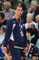 Trainer Emir Kurtagic (VFL) schaut angespannt