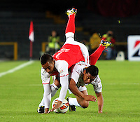 BOGOTA-COLOMBIA-21-02-2013 . Wilder Medina  de Independiente Santa Fe ( arriba )   disputa el balón con Breiner Belalcazar del Deportes Tolima ,    durante el encuentro  por el  grupo cinco  de  la ronda de clasificación de la Copa Bridgestone Libertadores .Los dos equipos son de Colombia . Wilder Medina  (up)  Independiente Santa Fe fights for the ball with  JBreiner Belalcazar  (down) de Deportes Tolima during the meeting by the group five of the qualifying round of the Copa Libertadores Bridgestone. Both teams are from Colombia .  ( Photo / VizzorImage / Felipe Caicedo / Staff