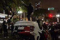 SÃO PAULO, SP, 07 DE OUTUBRO DE 2013 - PROTESTO PROFESSORES - Manifestantes depredaram e viraram uma viatura da Polícia Civil, na Avenida Rio Branco, região central, durante protesto em solidariedade aos professores do Riode Janeiro, na noite desta segunda feira, 07. FOTO: ALEXANDRE MOREIRA / BRAZIL PHOTO PRESS