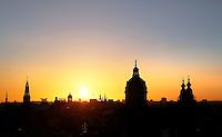 Nederland  Amsterdam 2016 . Amsterdam bij zonsondergang. Rechts de Nicolaaskerk. Foto Berlinda van Dam / Hollandse Hoogte