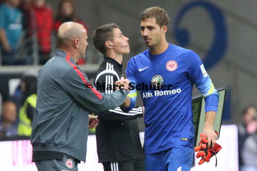 Kevin Trapp (Eintracht) wird verletzt ausgewechselt und klatscht mit Trainer Thomas Schaaf ab - Eintracht Frankfurt vs. 1. FSV Mainz 05, Commerzbank Arena