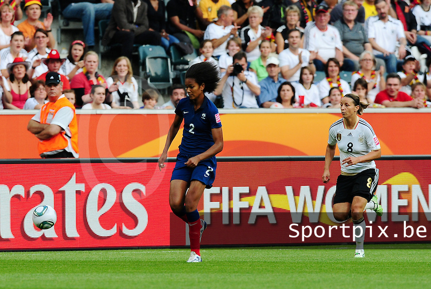 Fifa Women's World Cup Germany 2011 : France - Germany ( Frankrijk - Duitsland ) at Munchengladbach World Cup stadium : Wendie RENARD aan de bal voor Inka GRINGS.foto DAVID CATRY / Vrouwenteam.be