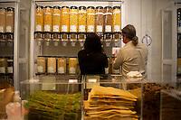 """Berlin, Besucher fuellen am Samstag (13.09.2014) im neueroeffneten Supermarkt """"Original Unverpackt"""", im dem Lebensmittel und Haushaltsprodukte ohne Verpackungen verkauft werden, Nudeln in ab. Der Laden in der Wienerstrasse in Berlin Kreuzberg wurde ueber Crowdfunding finanziert. Foto: Steffi Loos/CommonLens"""