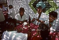 Amérique/Amérique du Sud/Pérou/Lima/Env de Chiclayo : Monsefu : Joueurs de cartes dans un petit restaurant