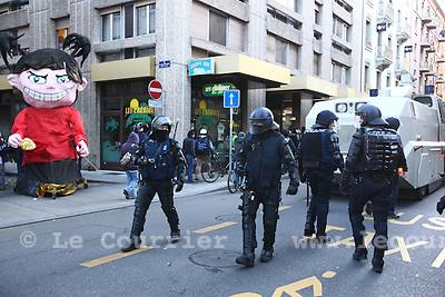 Genève, le 28.11.2009.Manifestation anti-OMC, à Genève. Les vitrines brisées et les voitures brûlées ont éclipsé les critiques contre l'organisation mondiale du commerce ( OMC ). .© Le Courrier / J.-P. Di Silvestro