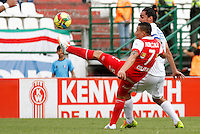 MANIZALES -COLOMBIA, 06-04-2014. Carlos Giraldo (Der) de Once Caldas disputa el balón con Luis Arias Cardona (Izq) de Independiente Santa Fe por la fecha 15 de la Liga Postobón I 2014 jugado en el estadio Palogrande de la ciudad de Manizales./ Once Caldas player Carlos Giraldo ( R) fights for the ball with Independiente Santa Fe player Luis Arias Cardona (L) during match for the 15th date of the Postobon  League I 2014 at Palogrande stadium in Manizales city. Photo: VizzorImage/Santiago Osorio/STR
