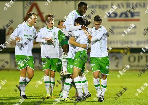 2016-10-15 / voetbal / seizoen 2016 - 2017 / Dessel Sport - ASV Geel / Yari Breugelmans (2e van rechts) (Dessel) viert één van zijn drie doelpunten met zijn ploegmaats