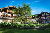 Deutschland, Bayern, Chiemgau, Schleching: Bergsteigerdorf im Achental, Bauernhoefe im Ortszentrum   Germany, Upper Bavaria, Achen Valley, Schleching: mountaineer village at Achen Valley, farmhouses in village centre