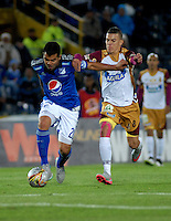 BOGOTA - COLOMBIA -07 -10-2015: Harrison Otalvaro (Izq.) jugador de Millonarios disputa el balón con Andres Uribe (Der.) jugador de Deportes Tolima, durante partido aplazado entre Millonarios y Deportes Tolima, por la fecha 6 de la Liga Aguila II-2015, jugado en el estadio Nemesio Camacho El Campin de la ciudad de Bogota. / Harrison Otalvaro (L) player of Millonarios vies for the ball with Andres Uribe (R) player of Deportes Tolima, during a posponed match between Millonarios and Deportes Tolima, for the date 6 of the Liga Aguila II-2015 at the Nemesio Camacho El Campin Stadium in Bogota city. Photo: VizzorImage / Luis Ramirez / Staff.