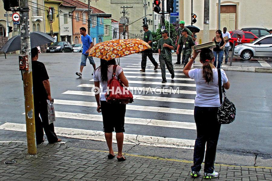 Pessoas em faixa de pedestre. São Paulo. 2009. Foto de Juca Martins.