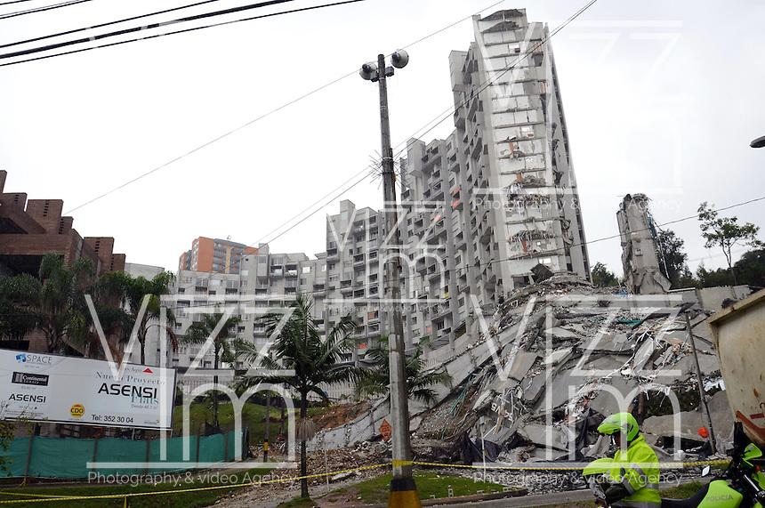 """MEDELLIN -COLOMBIA- 14 -10-2013. La Alcald'a y las autoridades de la ciudad de Medell'n, conjuntamente con los ingenieros de LŽrida CDO SA alertaron que la Torre 5 del edificio residencial Space, contigua a la Torre 6, que se desplom— el s‡bado por la noche, presenta """"riesgo inminente de colapso"""". Segœn la Alcald'a de Medell'n, un comitŽ tŽcnico encargado de hacer la evaluaci—n del estado de la unidad residencial Space en el acomodado barrio El Poblado analiz— este lunes la situaci—n y concluy— que la Torre 5 puede derrumbarse en cualquier momento porque tiene fracturas en dos columnas. / The Mayor and the authorities of the city of Medellin, in conjunction with engineers from Lleida CDO SA warned that the tower 5 Space residential building, adjacent to the Tower 6, which collapsed on Saturday night, presents """"imminent risk of collapse """". According to the Mayor of Medellin, a technical committee to assessing the state of the housing units in the affluent Space Poblado Monday analyzed the situation and concluded that the Tower 5 may collapse at any moment because it has broken in two columns. .Photo: VizzorImage / Luis Rios / Stringer"""