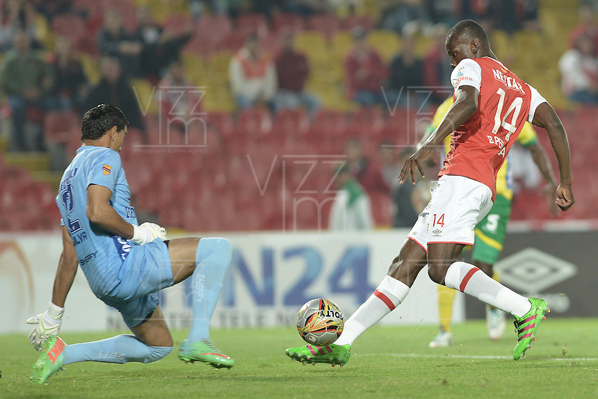 BOGOTÁ -COLOMBIA, 27-03-2016. Baldomero Perlaza (Der.) jugador de Santa Fe trata de anotar gol a Jhonny Da Silva (Izq.) arquero del Huila durante partido aplazado entre Independiente Santa Fe y Atlético Huila por la fecha 8 de la Liga Aguila I 2016 jugado en el estadio Nemesio Camacho El Campin de la ciudad de Bogota.  / Baldomero Perlaza (R) player of Santa Fe tries to score a goal to Jhonny Da Silva (L) goalkeeper of Huila in postponed match between Independiente Santa Fe and Atletico Huila for date 8 of the Liga Aguila I 2016 played at the Nemesio Camacho El Campin Stadium in Bogota city. Photo: VizzorImage/ Gabriel Aponte / Staff
