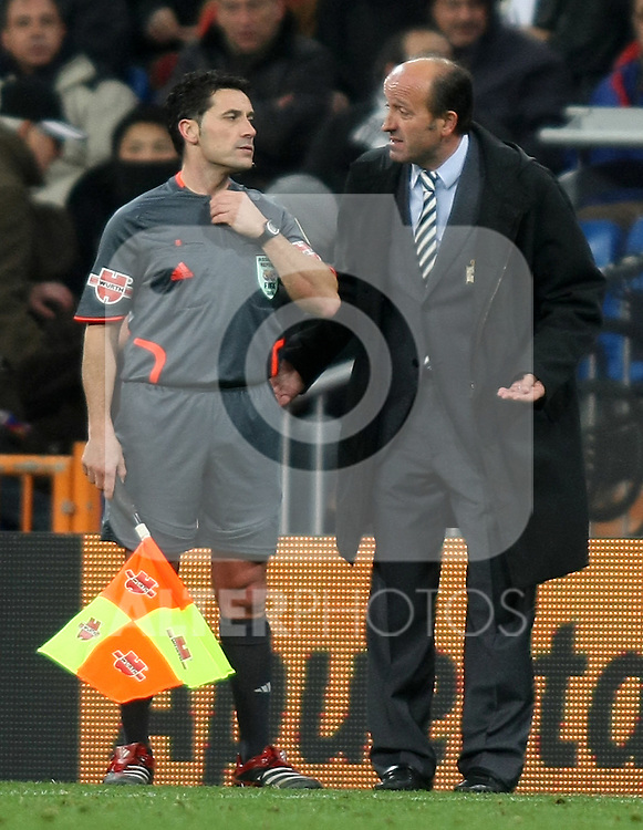 Deportivo de la Coruna's coach Miguel Angel Lotina have words with the assistant referee during La Liga match.January 25 2009. (ALTERPHOTOS/Acero).