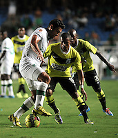 CALI- COLOMBIA -22 -01-2014: Andres Perez (Izq.) jugador de Deportivo Cali disputa el balón con Farid Diaz (Der.) jugador del Atletico Nacional en durante partido de ida por la Super Liga 2014, jugado en el estadio Pascual Guerrero de la ciudad de Cali. / Andres Perez  (L) player of Deportivo Cali vies for the ball with Farid Diaz (R) player of Atletico Nacional during a match for the first leg of the Super Liga 2014 at the Pascual Guerrero Stadium in Cali city. Photo: VizzorImage  / Luis Ramirez / Staff.