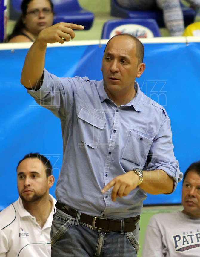 BUCARAMANGA - COLOMBIA: 28-10-2013: Yesid Rivera, técnico Guerreros de Bogota, da instrccciones a los jugadores durante partido, octubre 28 de 2013. Bukaros de Bucaramanga y Guerreros de Bogota, durante partido de la fecha 33 de la fase I de la Liga Directv Profesional de Baloncesto 2 en partido jugado en el Coliseo Vicente Diaz Romero. (Foto: VizzorImage / Duncan Bustamante / Str). Yesid Rivera, coach  from Guerreros form Bogota, gives instructions to the players during a match, October 28, 2013. Bukaros from  Bucaramanga and Guerreros from Bogota during a match for the 33 date of the Fase II of the League of Professional Directv Basketball 2 game at the Vicente Diaz Romero Coliseum. (Photo. VizzorImage / Duncan Bustamante / Str)