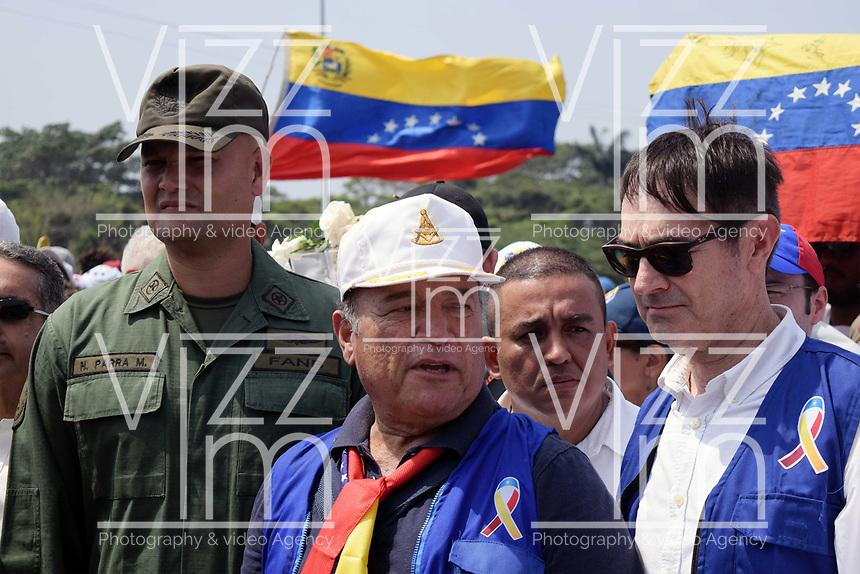 UREÑA- COLOMBIA, 23-02-2019: Un integrante de la Guardia Nacional Bolivariana (GNB) que desertó, en Ureña, Colombia, es conducida por voluntarios de la operación humanitaria.  Hasta el momento no hay un número confirmado de cuántos miembros de la Policía Nacional Bolivariana de Venezuela o la Guardia Nacional Bolivariana han desertado. / A member of the Bolivarian National Guard (GNB) who defected, in Ureña, Colombia, is led by volunteers from the humanitarian operation. So far there is no confirmed number of how many members of the Bolivarian National Police of Venezuela or the Bolivarian National Guard have defected.Photo: VizzorImage / Manuel Hernández / Cont.