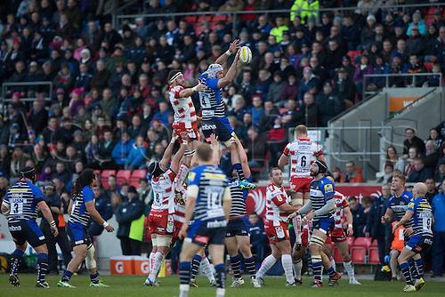 29.04.2016. AJ Bell Stadium, Salford, England. Aviva Premiership Sale Sharks versus Gloucester Rugby. Sale Sharks lock Bryn Evans wins a line out.