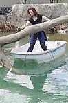 Foto: VidiPhoto<br /> <br /> ARNHEM &ndash; De bekende decorateur Madelief van Wissen uit Helouw (Gld) gaat dinsdag de boot in om de spuitbetonnen bomen in de nieuwe Mangrove van Burgers&rsquo; Zoo van een &lsquo;echtsheidskenmerk&rsquo; te voorzien. Tot na de opening van 12 juli is de kunstenares, die ook de Efteling &lsquo;smoel&rsquo; geeft, nog bezig in de 3000 vierkante meter grote hal in Arnhem. Tot die tijd zijn ook de andere uitvoerders nog volop bezig met het afbouwen en inrichten van het grootste overdekte mangrovegebied ter wereld. Omar Figueroa, Belizaans Minister of State van Landbouw, Visserij, Bosbouw, Milieu en Duurzame Ontwikkeling, verricht de op 12 juli de offici&euml;le openingshandeling. In Burgers&rsquo; Mangrove komen zeekoeien, wenkkrabben, vlinders, vogels en vissen. Het complex is 16 meter hoog en in eigen beheer gebouwd. Voor het enorme bassin van de Caribische zeekoeien is 2000 kuub grond uitgegraven. Daarin komt straks 1 miljoen liter water. De bouwkosten bedragen 5 miljoen euro.