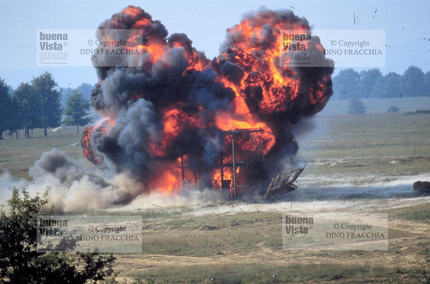 - explosion during a simulated attack of Italian parachutists during NATO exercises....- esplosione durante un assalto simulato di paracadutisti italiani durante esercitazioni NATO
