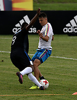 BARRANQUILLA - COLOMBIA - 02 – 10 - 2017: Santiago Arias (Der) jugador de la Selección Colombia, durante entreno en las canchas del Polideportivo Universidad Autonoma del Caribe. El equipo colombiano se prepara en Barranquilla para el partido contra el seleccionado de Paraguay el 05 de octubre, partido clasificatorio a la Copa Mundial de la FIFA Rusia 2018. / Santiago Arias, (R) Colombia national team player, during a training in the grounds of the Sports Center of Autonoma del Caribe University. Colombia team prepares in Barranquilla for the match against the national team of Paraguay on October 05, qualifying for the FIFA World Cup Russia 2018. Photo: VizzorImage / Luis Ramirez/ Staff.