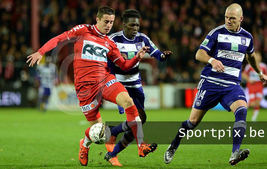 KV Kortrijk - RSC Anderlecht : Adam Marusic (links) in duel met Fabrice N'Sakala (midden) en Bram Nuytinck (r)<br /> Foto VDB / Bart Vandenbroucke