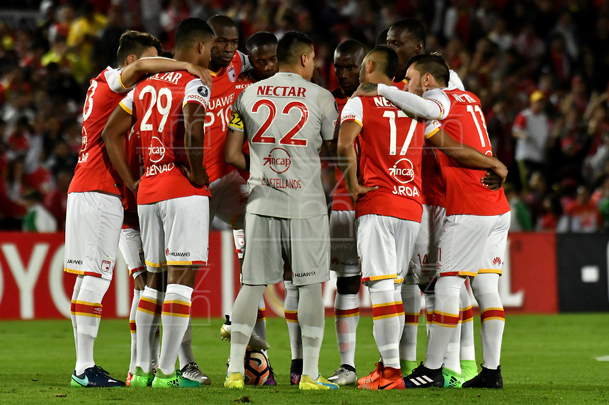 BOGOTA - COLOMBIA – 23 – 05 - 2017: Los jugadores de Independiente Santa Fe, durante partido entre Independiente Santa Fe de Colombia y The Strongest de Bolivia, de la fase de grupos, grupo 2, fecha 6 por la Copa Conmebol Libertadores Bridgestone 2017, en el estadio Nemesio Camacho El Campin, de la ciudad de Bogota. / The Players of Independiente Santa Fe, during a match between Independiente Santa Fe of Colombia and The Strongest of Bolivia, of the group stage, group 2 of the date 6th, for the Conmebol Copa Libertadores Bridgestone 2017 at the Nemesio Camacho El Campin in Bogota city. VizzorImage / Luis Ramirez / Staff.