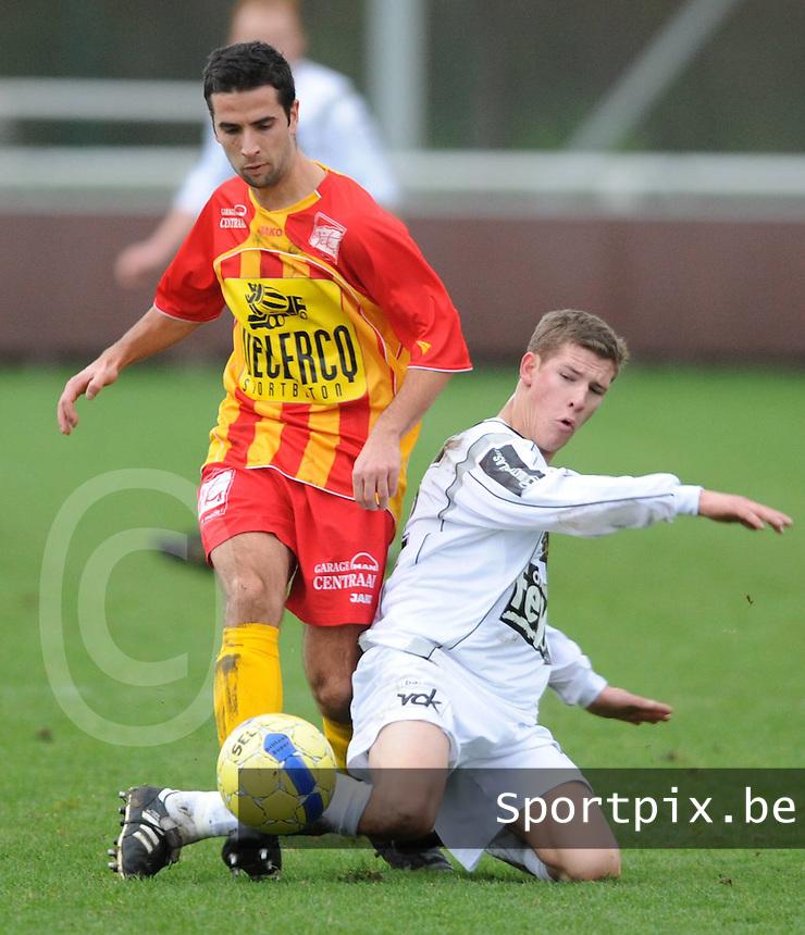 Racing Waregem - SC Wielsbeke..Bart Vlaeminck (links) probeert de tackle van Dieter Vandebuerie (rechts) te omspelen...foto VDB / BART VANDENBROUCKE