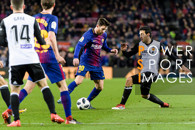 Lionel Messi of FC Barcelona (L) fights for the ball with Daniel Parejo Munoz of Valencia CF (R) during the Copa Del Rey 2017-18 match between FC Barcelona and Valencia CF at Camp Nou Stadium on 01 February 2018 in Barcelona, Spain. Photo by Vicens Gimenez / Power Sport Images