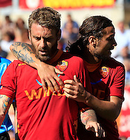 Calcio, Serie A: Roma-Fiorentina. Roma, stadio Olimpico, 25 aprile 2012. L'attaccante della Roma Pablo Daniel Osvaldo cerca di calmare il suo compagno Daniele De Rossi, a sinistra..AS Roma forward Pablo Daniel Osvaldo, right, tries to calm his teammate Daniele De Rossi during the Italian Serie A football match between AS Roma and Fiorentina, at Rome Olympic stadium, 25 april 2012..UPDATE IMAGES PRESS/Riccardo De Luca