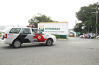 BARUERI, SP. 07.03.2012: GREVE CAMINHONEIROS/COMBUSTIVEL/SP - Caminhao de combustivel na usina de abastecimento em Barueri. Apos decisao da justica em multar o sindicato dos caminhoneiros em um milhao de reais por dia de paralisacao, os motoristas voltaram hoje ao trabalho. (Foto: Renato Silvestre / Brazil Photo Press)