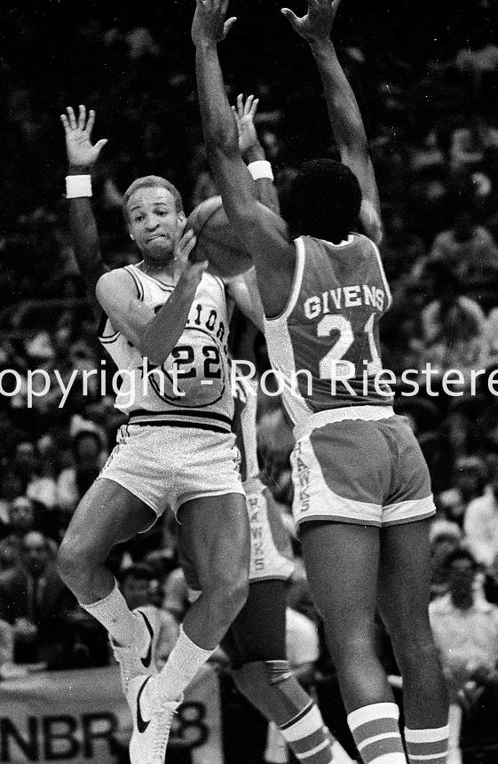 Golden State Warrior Sonny Parker against the Atlanta Hawks #21 Jack Givens.(1980 Photo/Ron Riesterer)