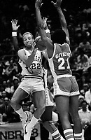 Golden State Warrior Sonny Parker against the Atlanta Hawks #21 Jack Givens.(1980 Photo/Ron Riesterer)
