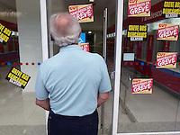 ATENCAO EDITOR: FOTO EMBARGADA PARA VEICULOS INTERNACIONAIS.  GREVE DOS BANCÁRIOS EM TODO PAIS.  RIO DE JANEIRO,RJ 18 DE SETEMBRO 2012.  Nesta terça (18) Bancários de todo pais fazem paralização deixando todas as agências fechadas.<br /> FOTO: RONALDO BRANDAO/BRAZIL PHOTO PRESS