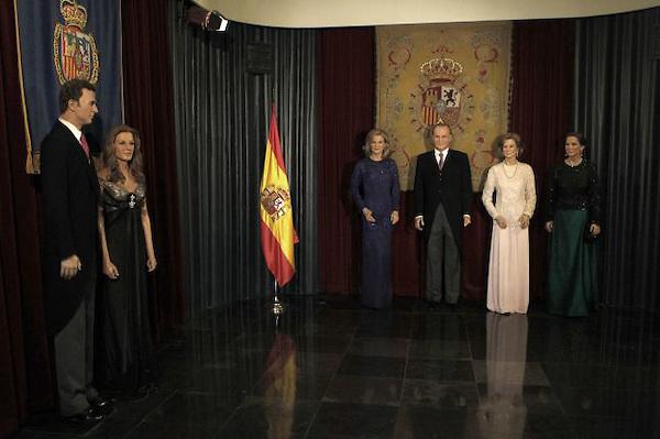 Una semana después de que la Casa Real española apartara de sus actos oficiales al yerno del rey Juan Carlos, Iñaki Urdangarín, por un escándalo de corrupción que no cesa de crecer, el Museo de Cera de Madrid retiró este lunes, 19 de diciembre, su estatua de la sala donde se encuentra la Familia Real.
