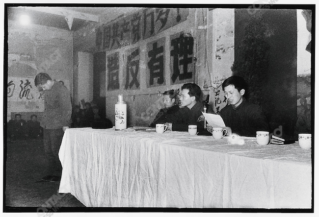 Li Zhensheng (seated, center) leads a criticism session against rival rebel group supporter Fan Changwu (standing, left) at the Heilongjiang Daily in Harbin on 19 February 1967 (photograph by Wan Jiyao). Less than two years later Li himself would be criticized in the same conference room.
