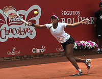 BOGOTÁ - COLOMBIA - 23-02-2013: Teliana Pereira de Brasil, devuelve la bola a Paula Ormaechea de Argentina, durante partido por la Copa de Tenis WTA Bogotá, febrero 23 de 2013. (Foto: VizzorImage / Luis Ramírez / Staff).Teliana Pereira from Brasil returns the ball to Paula Ormaechea from Argentina, during a match for the WTA Bogota Tennis Cup, on February 23, 2013, in Bogota, Colombia. (Photo: VizzorImage / Luis Ramirez / Staff).............................