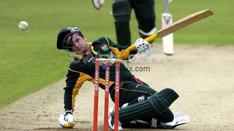 Pix:Ben Duffy/SWpix.com....County Cricket Twenty20 Yorkshire Phoenix v Leicestershire Foxes.......08/07/2004. ..COPYRIGHT PICTURE>>SIMON WILKINSON>>01943 608782>>..Yorkshire's Chris Silverwood does his best to take out  Leicestershire's Brad Hodge.