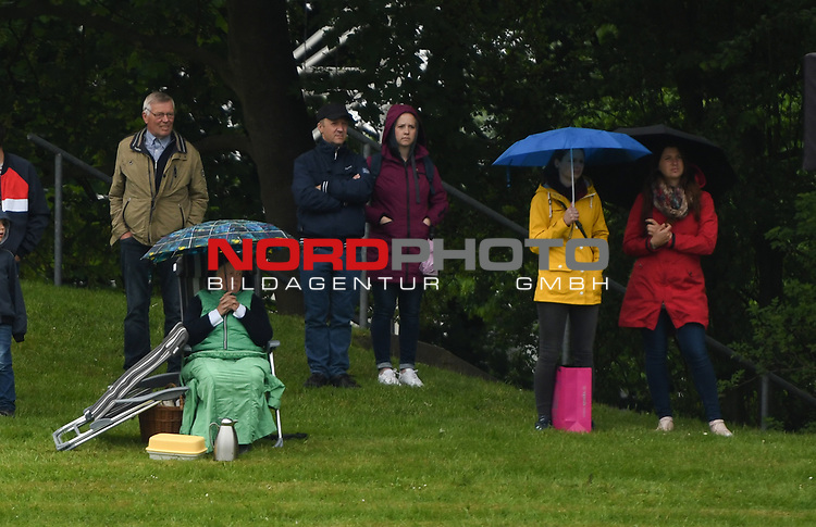"30.05.2019,  GER;  Deutsches Spring- und Dressur-Derby, Preis der ""Deutsche Vermoegensberatung AG"", 1. Wertung Global Champions League, im Bild Feature Zuschauer im Regenwetter Foto © nordphoto / Witke *** Local Caption ***"