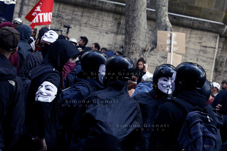 Roma, 12 Aprile  2014<br /> Manifestazione Nazionale dei Movimenti per la Casa contro il piano casa e il Jobs Act del Governo Renzi. Scontri tra manifestanti e forze dell'ordine a via Veneto vicino al ministero del Lavoro. Anonimous.<br /> Rome, 12 April 2014<br /> National demonstration of the  movements for housing rights, against the House Plan and the Jobs Act of the  Renzi Government<br /> Clashes between demonstrators and police in via Veneto near the Ministry of Labour.