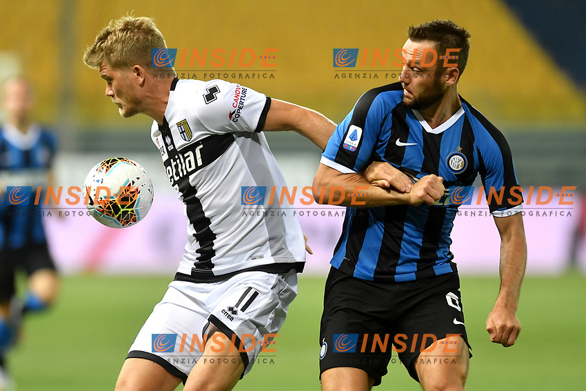 Andreas Cornelius of Parma and Stefan de Vrij of FC Internazionale compete for the ball during the Serie A football match between Parma and FC Internazionale at stadio Ennio Tardini in Parma ( Italy ), June 28th, 2020. Play resumes behind closed doors following the outbreak of the coronavirus disease. <br /> Photo Andrea Staccioli / Insidefoto