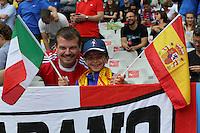 Der 7-jährige Franzose Antonin aus Paris mag beide Teams und posiert mit seinem Vater - EM 2016: Italien vs. Spanien, Stade de France, Achtelfinale
