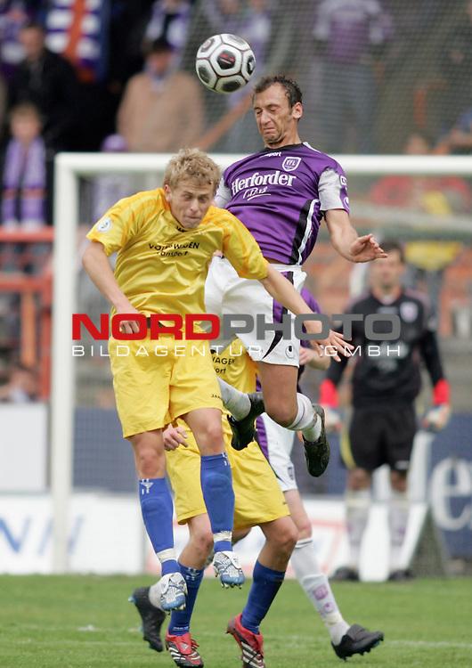 RLN 2005/2006 -  37. Spieltag - RŁckrunde, Osnatel-Arena<br /> VfL OsnabrŁck - BSV Kickers Emden.<br /> Martin Stahlberg (Emden, l) im Kampf um den Ball mit Florian Heidenreich (Osnabrueck, r).<br /> Foto &copy; nordphoto