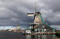 Donkere wolken boven Zaanse Schans