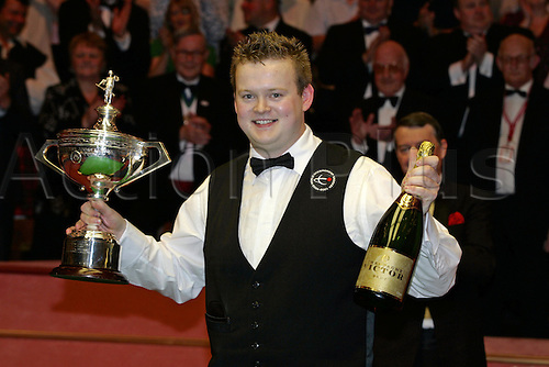2 May 2005: Young English player Shaun Murphy lifts the Trophy and Champagne following his win against Stevens in the Final of the Embassy World  Snooker Championships held at the Crucible Theatre, Sheffield. Murphy was a 150-1 outsider at the start of the tournament and is the first qualifier to win the world title since 1979 by beating Stevens 18-16 in the final. Photo: Neil Tingle/Action Plus..050502 cup winner wins winning victory joy celebration celebrates celebrating